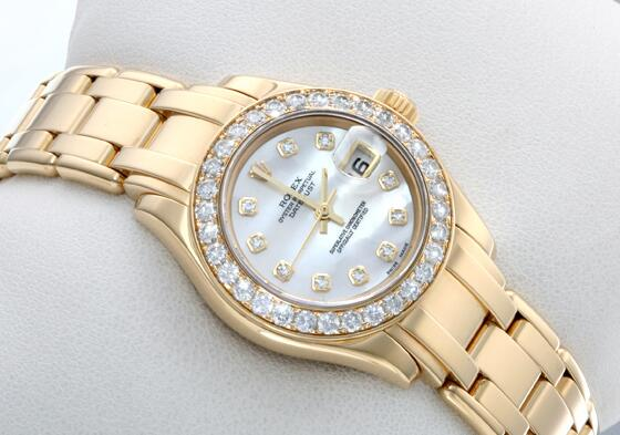 The diamonds paved on the bezel make this timepiece more eye-catching.
