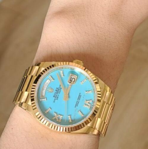 Swiss made replica watches are perfectly fit the wrists with 36mm design.